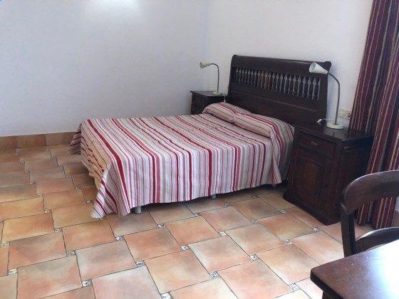 LZ 210739-4 Schlafzimmer mit Doppelbett