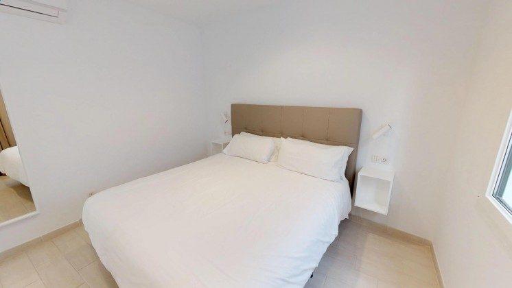 LZ 210770-12 Schlafzimmer mit Doppelbett