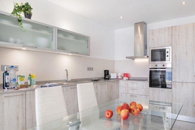 LZ 144288-48 moderne Küche mit vielen Kochutensilien