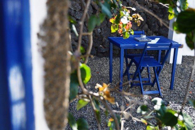 LZ 42477-4 Tisch und Stühle im hinteren Garten