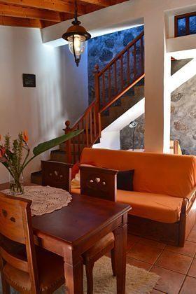 Schlafsofa und Treppe ins Obergeschoss