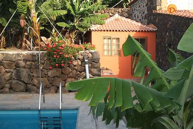 Pool und Nebengebäude mit Grillplatz