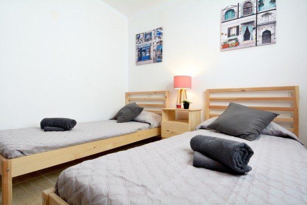 LZ 110068-27 Schlafzimmer mit zwei Betten
