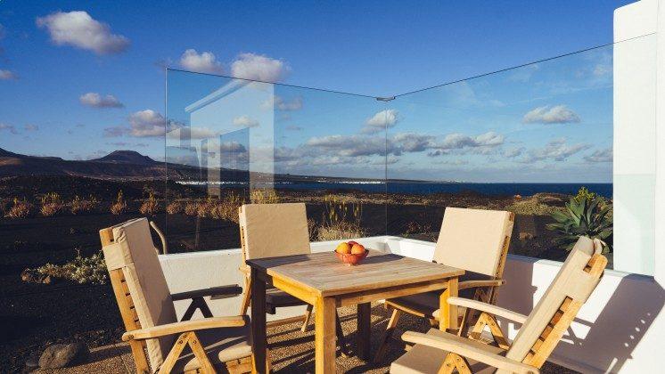 Kanarische Inseln Lanzarote Terrasse mit schöner Aussicht