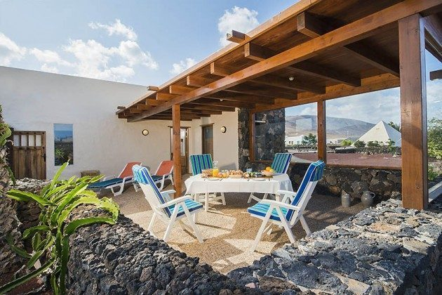 Terrasse Wohnung 2, zur Hälfte überdacht und verglast
