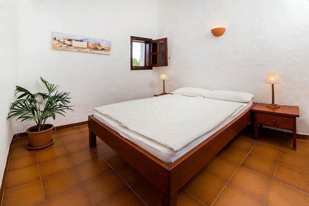 Schlafzimmer mit Doppelbett, Wohnung 2