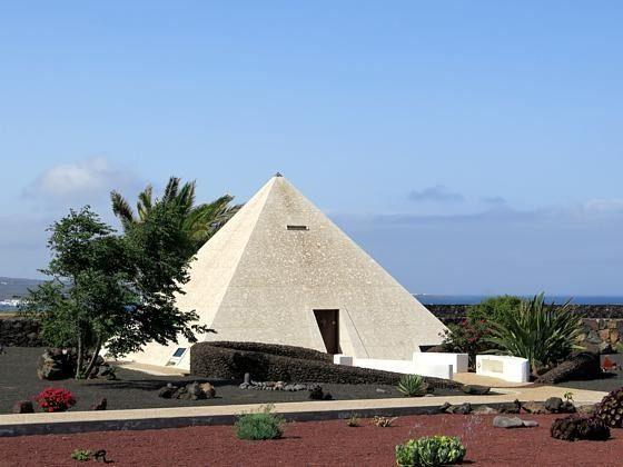 Pyramide im Garten als Ort der Ruhe