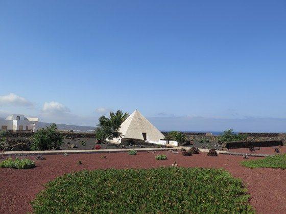Lava Garten mit Pyramide