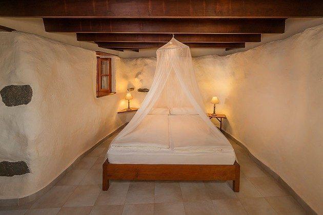 Schlafzimmer mit Doppelbett, Wohnung 1
