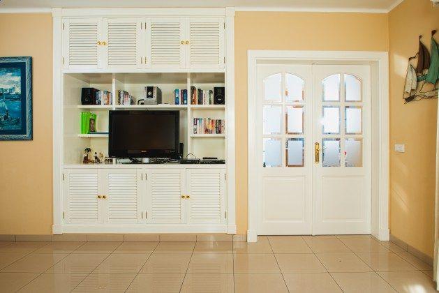 LZ 192733 Schrank im Wohnzimmer und Tür zur Küche