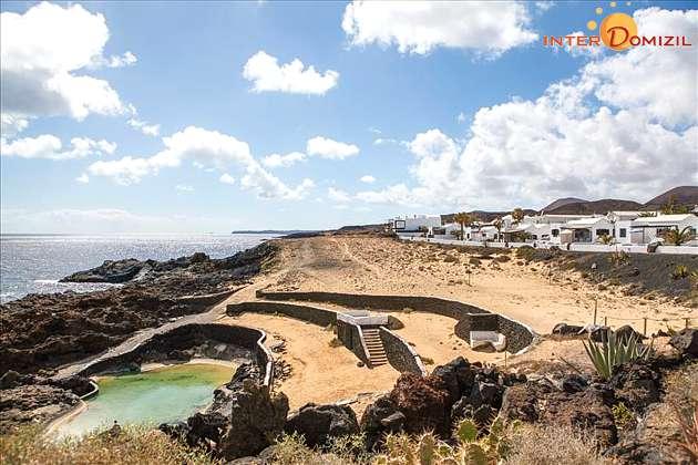 Küste vor dem Ort mit Naturschwimmbecken