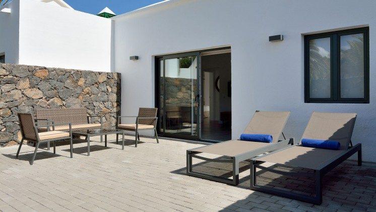 LZ 110068-81 Wohnbeispiel große, möblierte Terrasse