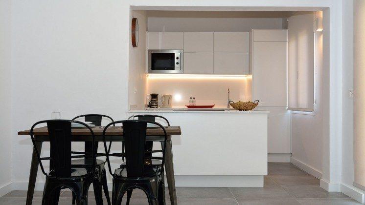 LZ 110068-81 Wohnbeispiel Esstisch und Küchenzeile