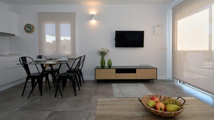 LZ 110068-82 Wohnbeispiel Wohnraum mit SAT-TV