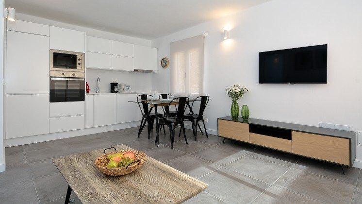 LZ 110068-82 Wohnbeispiel Küchenzeile schließt an den Wohnbereich an