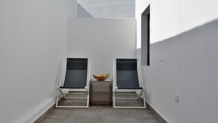LZ 110068-82 Wohnbeispiel Liegestühle im Außenbereich