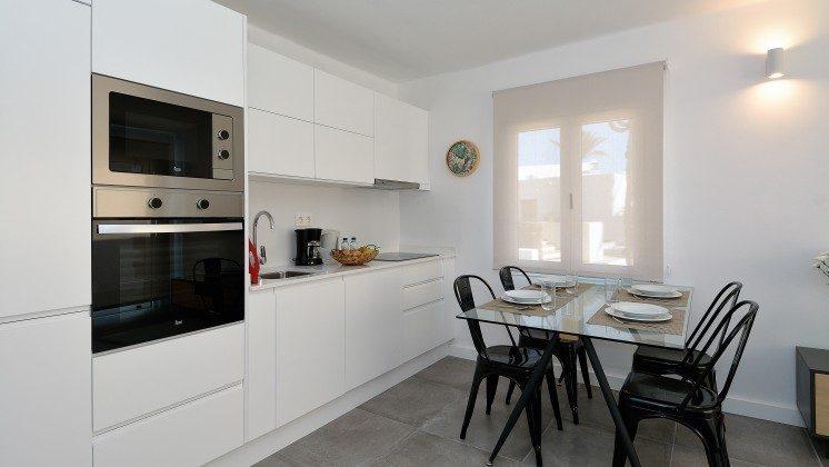 LZ 110068-82 Wohnbeispiel Küchenzeile und Esstisch