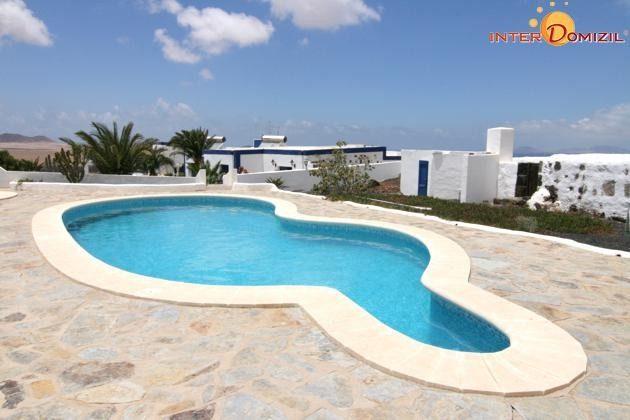großer Pool mit Sonnenterrasse