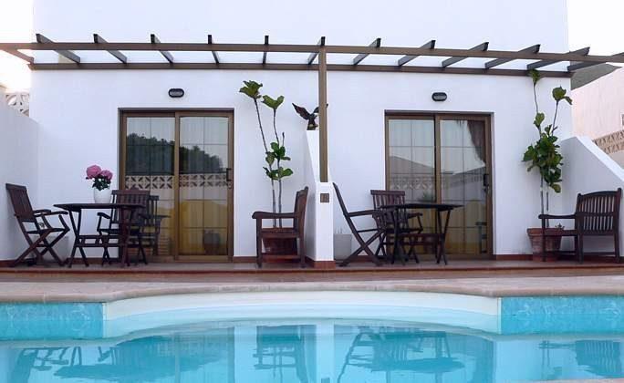 Pool und die beiden Terrassen der Studios