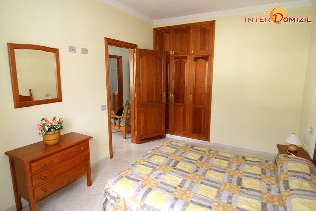 Schlafzimmer mit Doppelbett im Apartment
