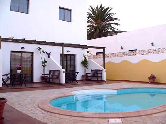 gemeinschaftlicher Pool und Sonnenterrasse