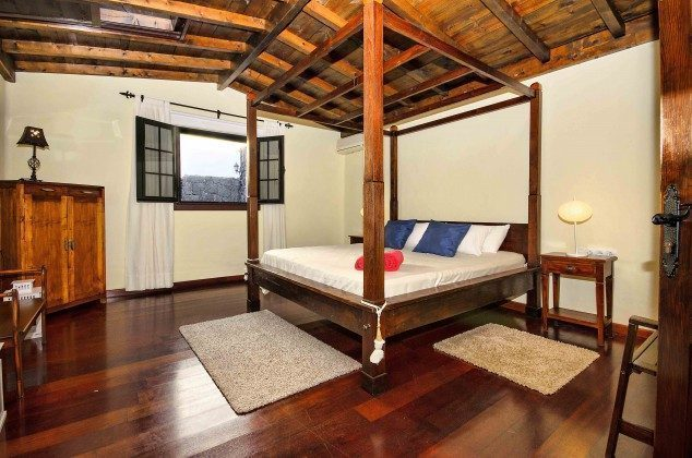 LZ 144288-37 Schlafzimmer mit Doppelbett, Zugang von der Gallerie