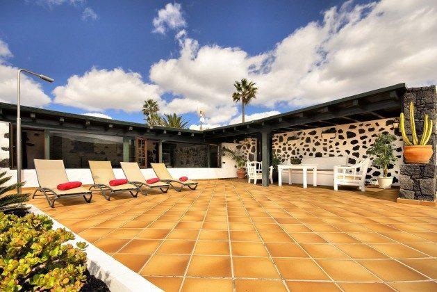 LZ 144288-37 Terrasse mit Sonnenliegen
