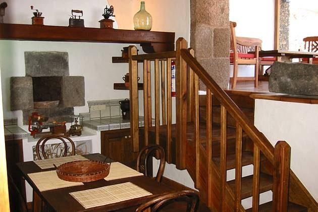 Küche und Treppe zur verglasten Veranda