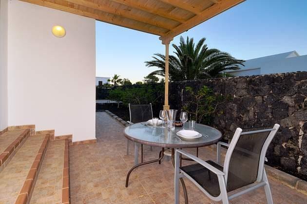 LZ 110068-4 Beispiel Terrasse mit Gartenmöbeln