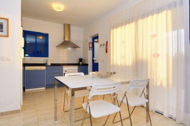 110068-5 Esstisch und Küchenzeile, Villa 2 C
