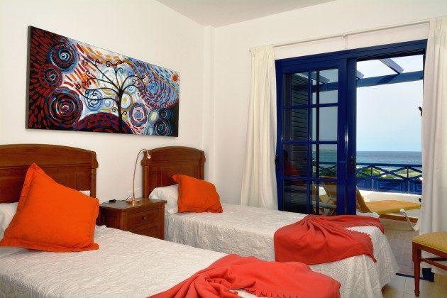 LZ 110068-65 Schlafzimmer mit Einzelbetten und Zugang zur Terrasse