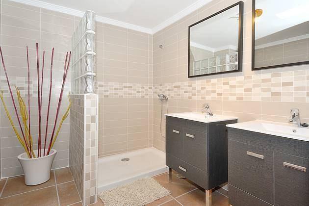 Badezimmer mit Dusche und zwei Waschtischen