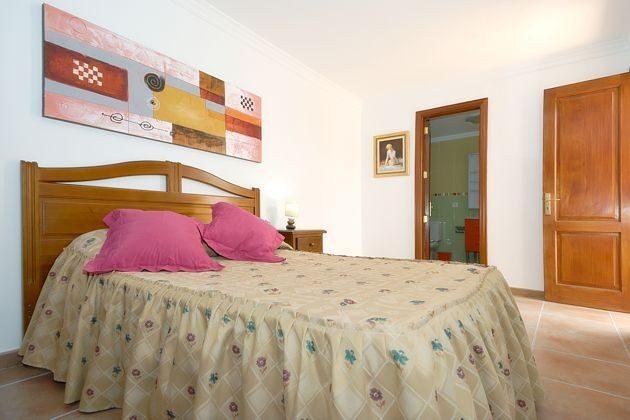 Schlafzimmer mit Doppelbett und Bad en-suite