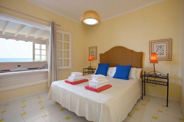 LZ 144288-24 Schlafzimmer mit Doppelbett