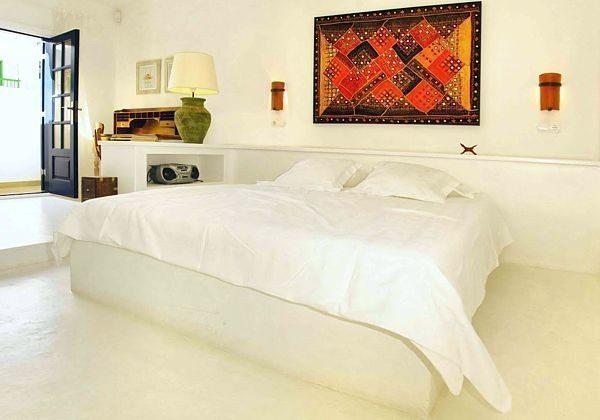 Schlafzimmer mit Doppelbett, Schreibplatz und extra Bett