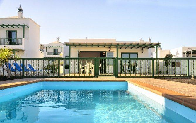 LZ 144288-30 Poolbereich von der Terrasse durch einen Zaun getrennt