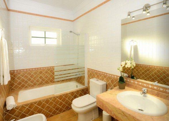 LZ 144288-30 Badezimmer mit Wanne und Bidet