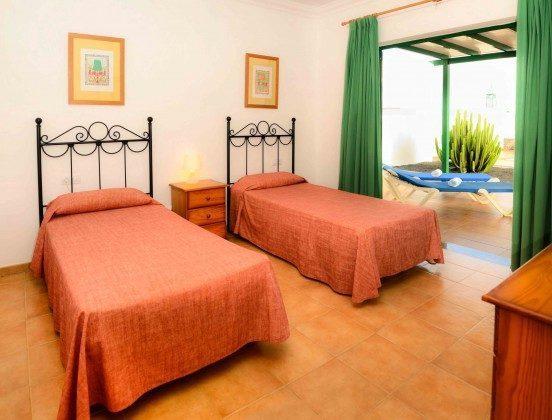 LZ 144288-31 Wohnbeispiel Schlafzimmer mit Einzelbetten und Zugang zur Terrasse