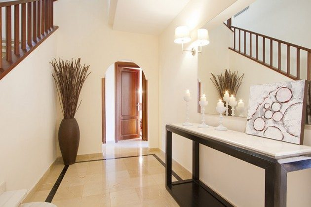 LZ 149119 Wohnbeispiel Flur mit Treppenaufgang zweigeschossige Villa