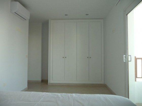 LZ 210769-12 Schlafzimmer mit Schrank und Balkon