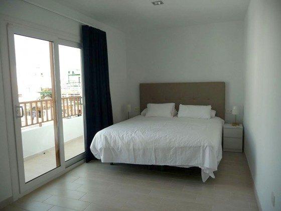 LZ 210769-12 Schlafzimmer mit Doppelbett