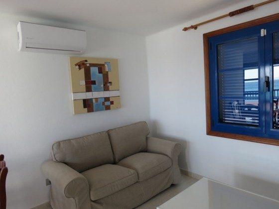 LZ 210769-2 Wohnbereich mit Sofa und Klimaanlage
