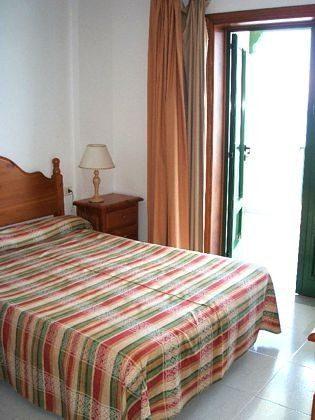 Schlafzimmer mit Doppelbett, Zugang zur Terrasse
