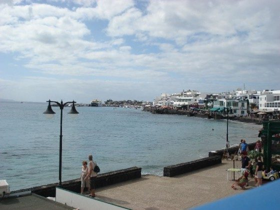 Blick auf Meer und Hafen