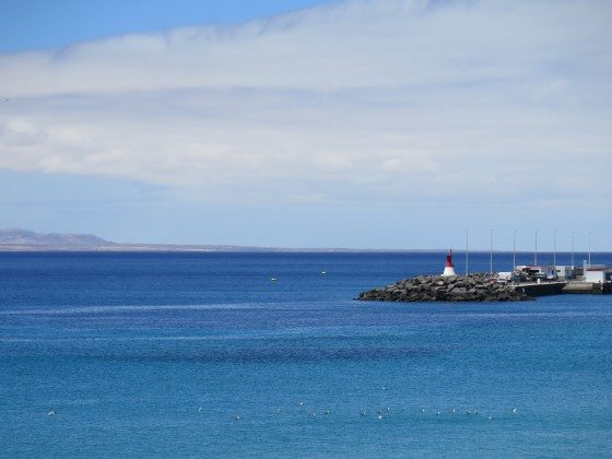Blick auf das Meer und die Nachbarinsel Fuerteventura