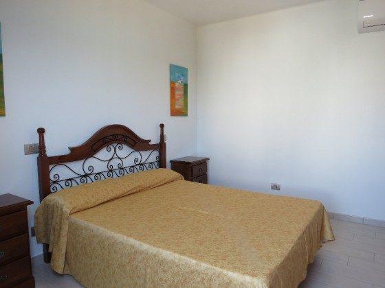 LZ 210769-5 Schlafzimmer mit Doppelbett und Klimaanlage