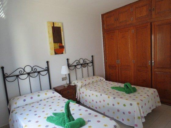 Schlafzimmer mit Einzelbetten und Einbauschrank