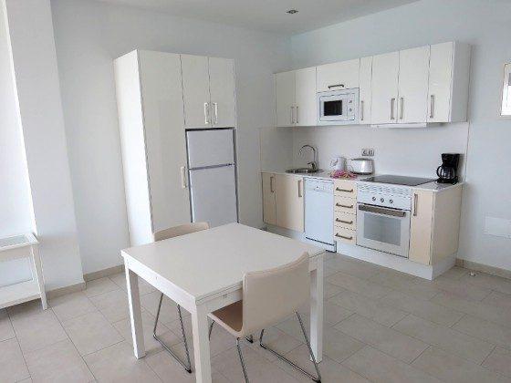 Wohnbeispiel LZ 210769-6 Küchenzeile und Esstisch