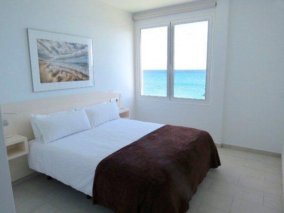 Wohnbeispiel Schlafzimmer mit Doppelbett und Blick auf das Meer LZ 169285-6