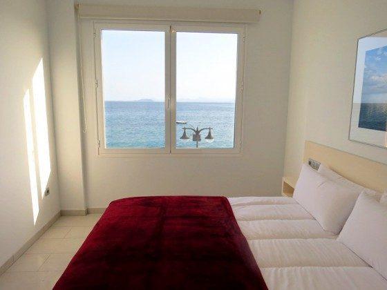 Wohnbeispiel LZ 210769-6 Schlafzimmer mit Doppelbett und Blick auf das Meer